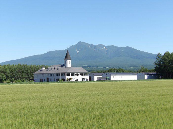 斜里岳とジャガイモ焼酎工場